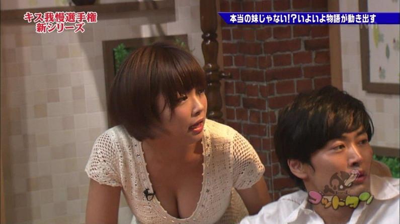 【胸ちらキャプ画像】テレビだからとエロい谷間見せつける巨乳タレント達w 20