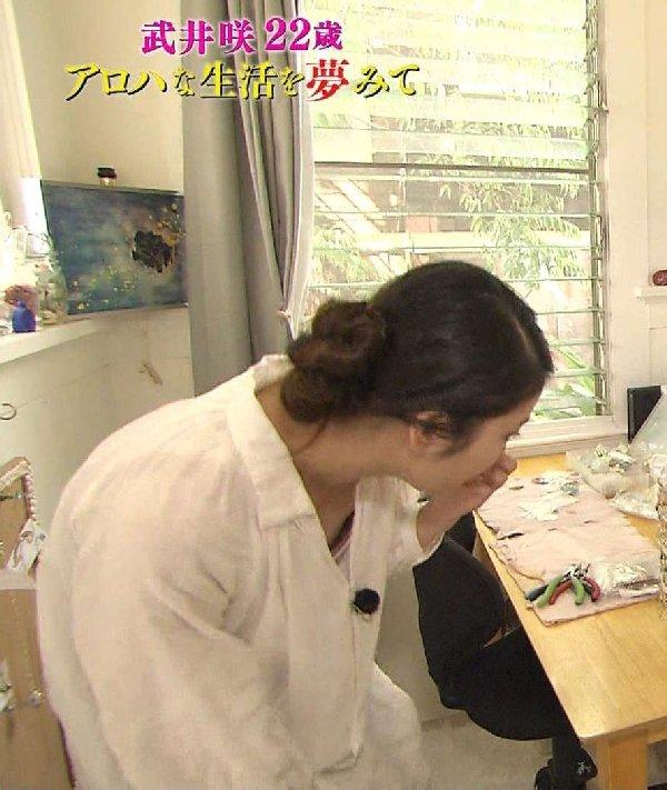 【胸ちらキャプ画像】テレビだからとエロい谷間見せつける巨乳タレント達w 22