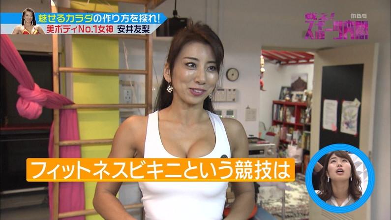 【胸ちらキャプ画像】テレビだからとエロい谷間見せつける巨乳タレント達w 23