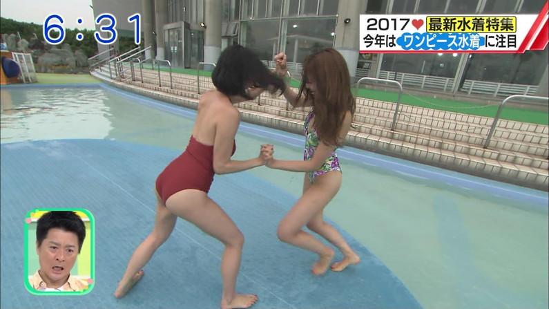 【お尻キャプ画像】テレビに水着からハミ尻しまくりの美女が映りまくってるんだけどw 01
