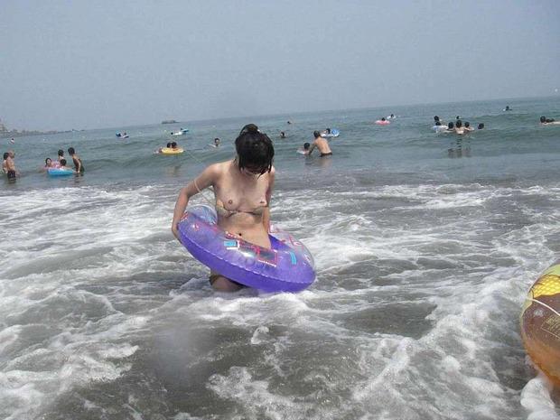 【ハプニングエロ画像】水着から色んなものがはみ出しちゃってる女の子達w 04