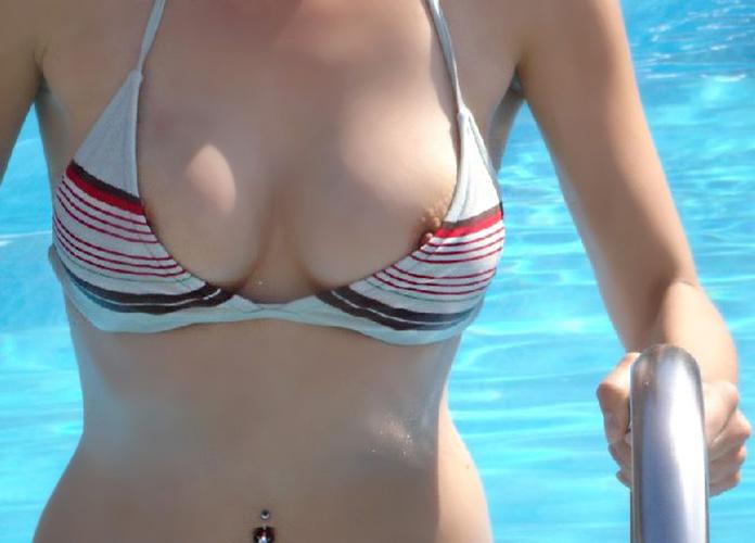 【ハプニングエロ画像】水着から色んなものがはみ出しちゃってる女の子達w 10