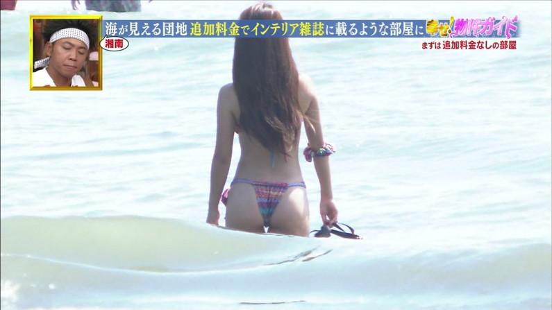 【お尻キャプ画像】水着が食い込み過ぎたエロいハミ尻のタレント達がテレビに映りまくりw 09