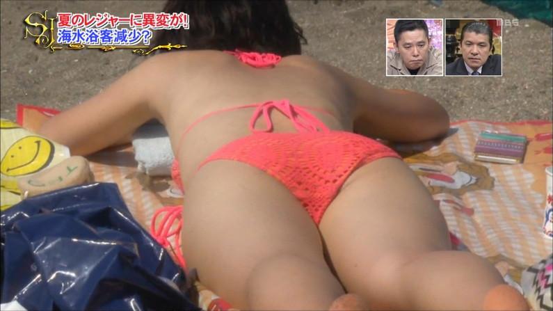 【お尻キャプ画像】水着が食い込み過ぎたエロいハミ尻のタレント達がテレビに映りまくりw 11