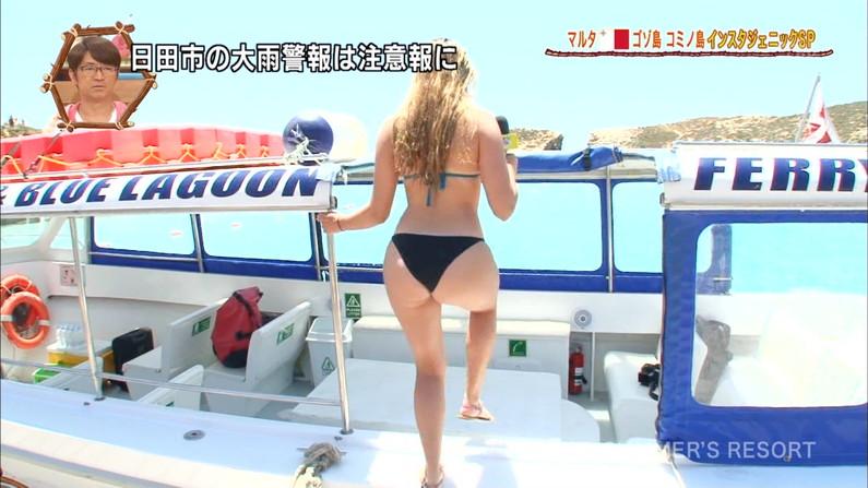 【お尻キャプ画像】水着が食い込み過ぎたエロいハミ尻のタレント達がテレビに映りまくりw 17