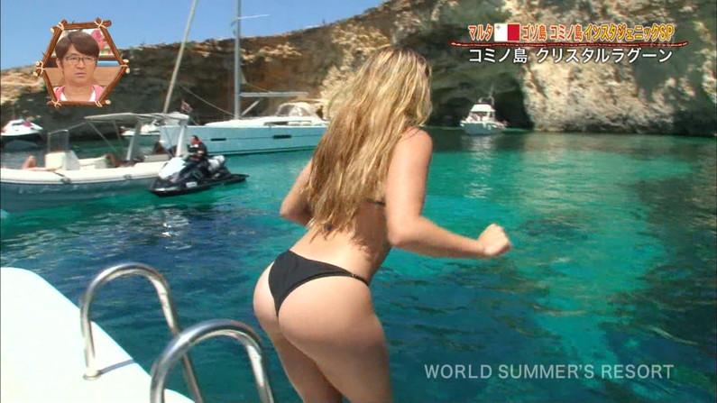 【お尻キャプ画像】水着が食い込み過ぎたエロいハミ尻のタレント達がテレビに映りまくりw 18