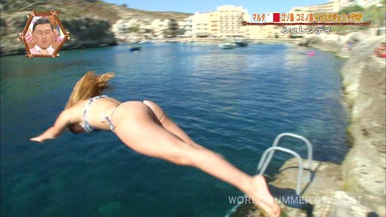 【お尻キャプ画像】水着が食い込み過ぎたエロいハミ尻のタレント達がテレビに映りまくりw 19