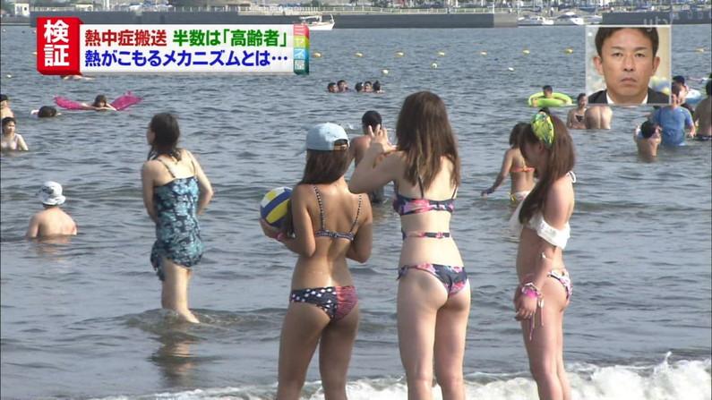 【お尻キャプ画像】水着が食い込み過ぎたエロいハミ尻のタレント達がテレビに映りまくりw 21