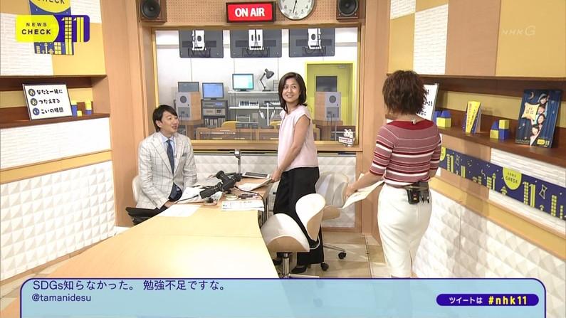 【お尻キャプ画像】テレビでタレント達がパンツラインまで見えちゃうピタパン履いてるぞw 08