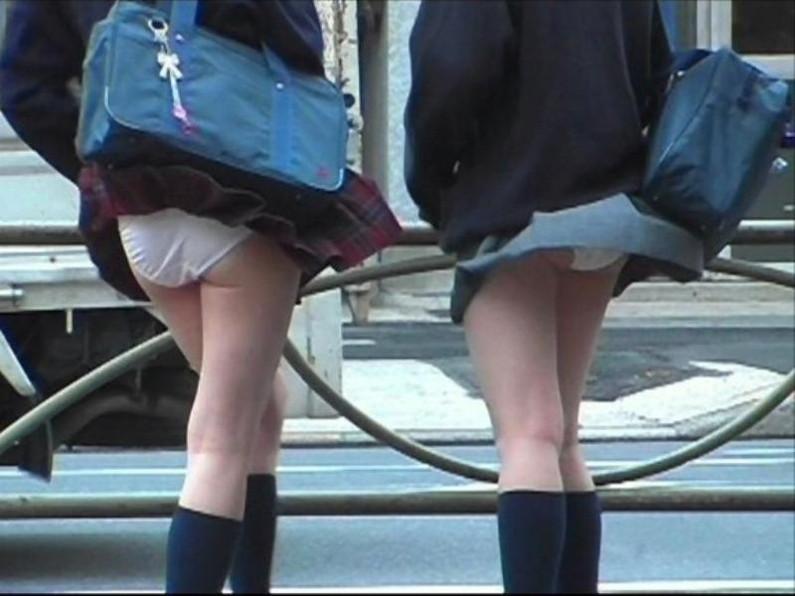 【パンチラエロ画像】神風によりJKのスカートがふわりとめくれ上がった瞬間これほど風に感謝することないよなw 01