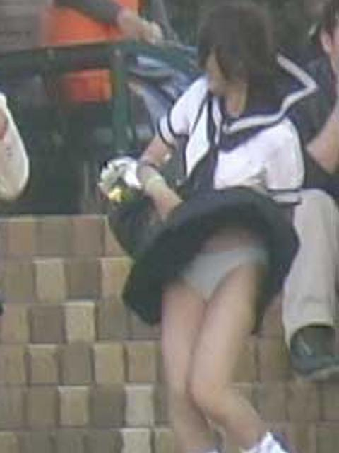 【パンチラエロ画像】神風によりJKのスカートがふわりとめくれ上がった瞬間これほど風に感謝することないよなw 03