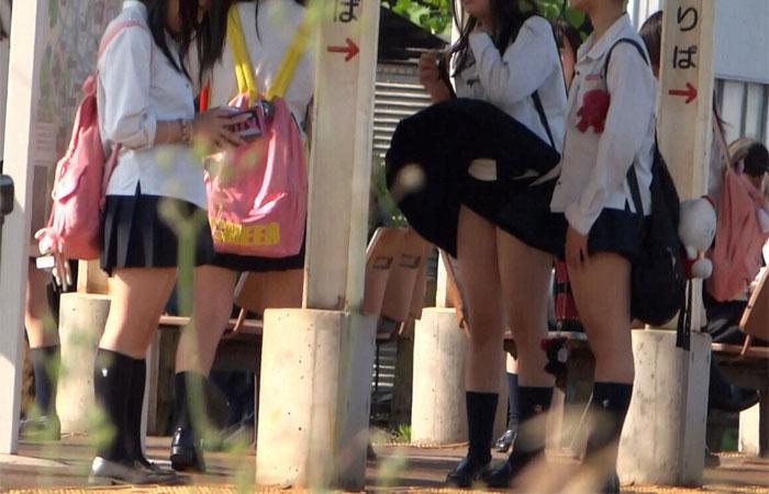 【パンチラエロ画像】神風によりJKのスカートがふわりとめくれ上がった瞬間これほど風に感謝することないよなw 05