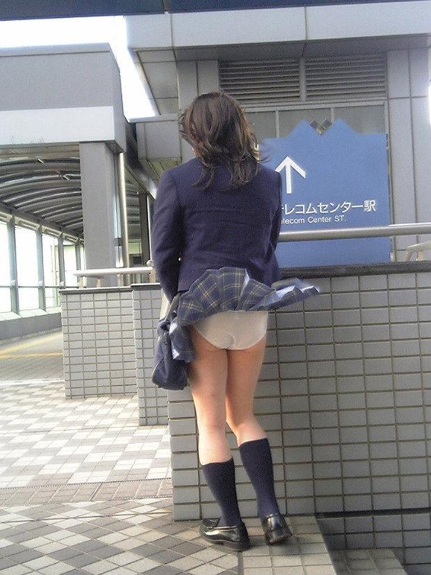 【パンチラエロ画像】神風によりJKのスカートがふわりとめくれ上がった瞬間これほど風に感謝することないよなw 07