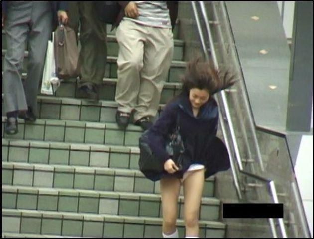 【パンチラエロ画像】神風によりJKのスカートがふわりとめくれ上がった瞬間これほど風に感謝することないよなw 08