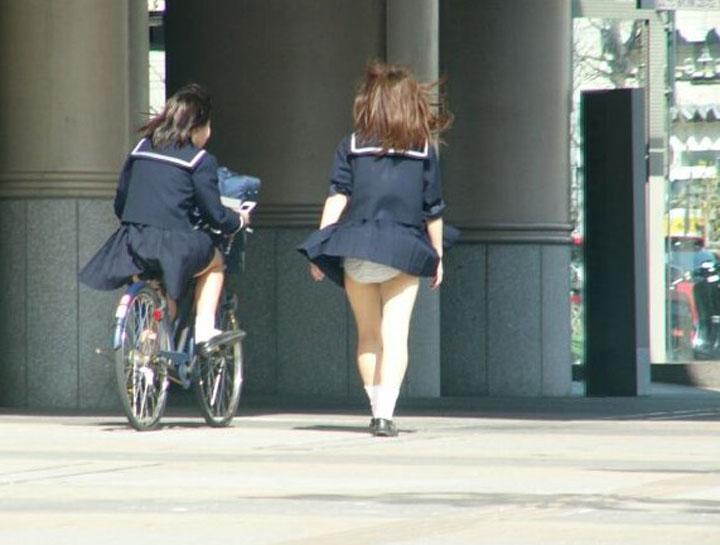【パンチラエロ画像】神風によりJKのスカートがふわりとめくれ上がった瞬間これほど風に感謝することないよなw 10