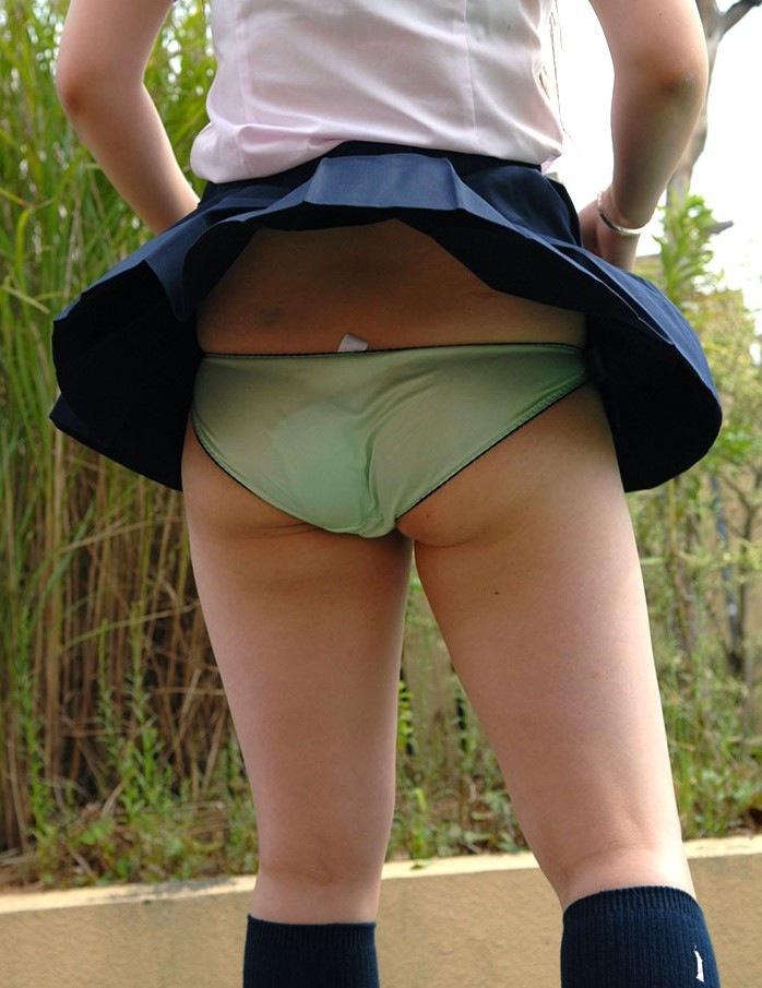 【パンチラエロ画像】神風によりJKのスカートがふわりとめくれ上がった瞬間これほど風に感謝することないよなw 14