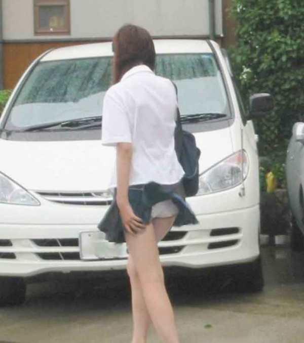 【パンチラエロ画像】神風によりJKのスカートがふわりとめくれ上がった瞬間これほど風に感謝することないよなw 15