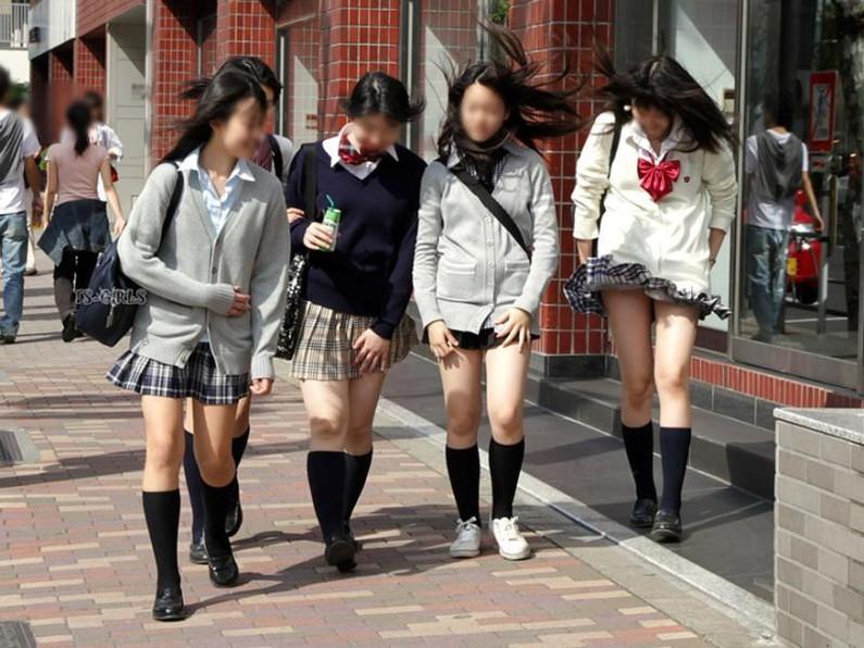 【パンチラエロ画像】神風によりJKのスカートがふわりとめくれ上がった瞬間これほど風に感謝することないよなw 17