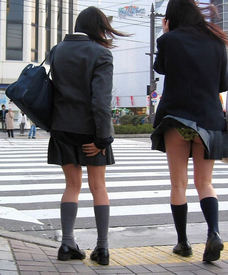 【パンチラエロ画像】神風によりJKのスカートがふわりとめくれ上がった瞬間これほど風に感謝することないよなw 19
