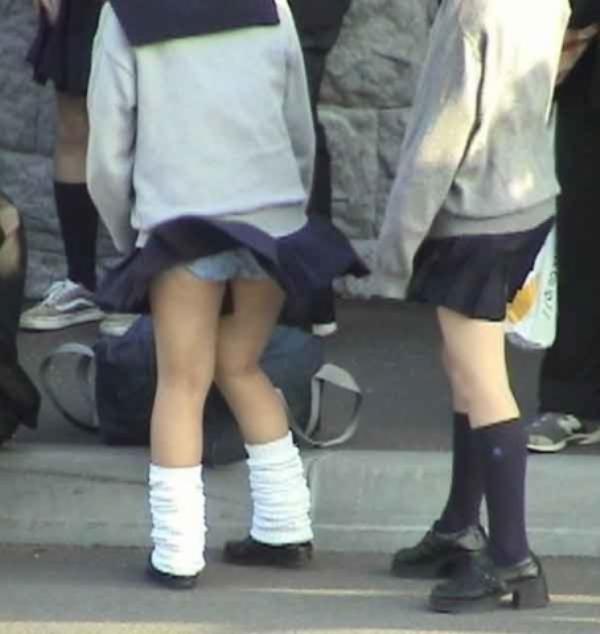 【パンチラエロ画像】神風によりJKのスカートがふわりとめくれ上がった瞬間これほど風に感謝することないよなw 22