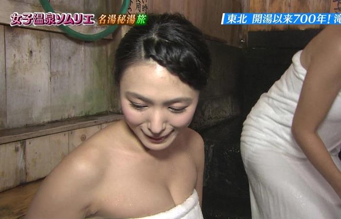 【温泉キャプ画像】温泉レポでいつもバスタオルからオッパイはみ出しそうになってるタレント達w 17