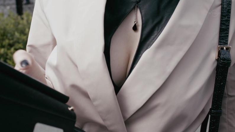 【胸ちらキャプ画像】最近のタレント達って、巨乳でも貧乳でも関係なく谷間見せてくるようなったよなw 08