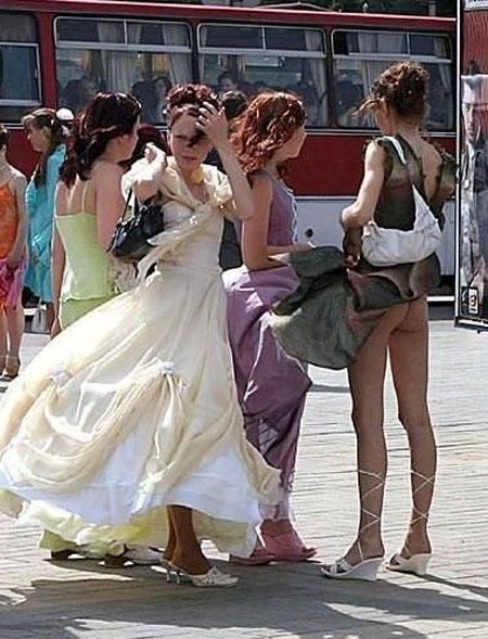 【風チラハプニング画像】外人さんってTバック履いてる人多いから風チラした瞬間ノーパンに見えるよなw 01