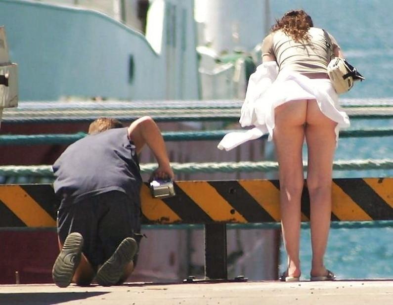 【風チラハプニング画像】外人さんってTバック履いてる人多いから風チラした瞬間ノーパンに見えるよなw 11
