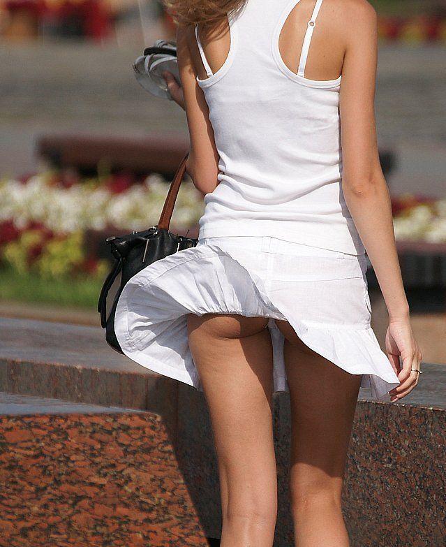 【風チラハプニング画像】外人さんってTバック履いてる人多いから風チラした瞬間ノーパンに見えるよなw 13