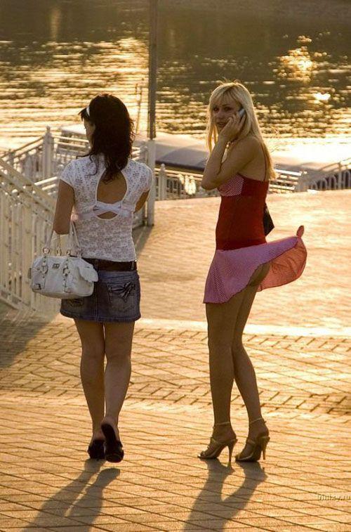【風チラハプニング画像】外人さんってTバック履いてる人多いから風チラした瞬間ノーパンに見えるよなw 16