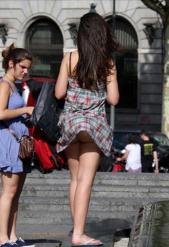 【風チラハプニング画像】外人さんってTバック履いてる人多いから風チラした瞬間ノーパンに見えるよなw 19