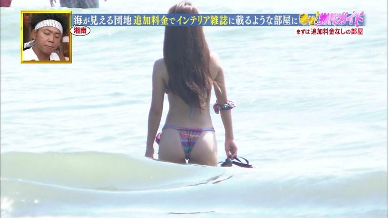 【お尻キャプ画像】タレントから素人まで水着からハミ尻してる所を普通にテレビに映されちゃってるw