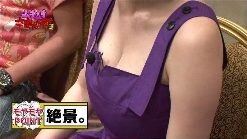 【胸ちらキャプ画像】テレビなのに谷間見えすぎてるタレント達w 10
