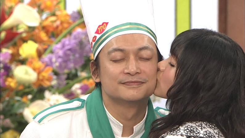 【キスキャプ画像】こんな美女と濃厚なキスしてるだけで勃起が収まらなくなりそうだなw