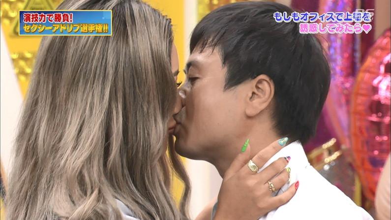 【キスキャプ画像】こんな美女と濃厚なキスしてるだけで勃起が収まらなくなりそうだなw 06