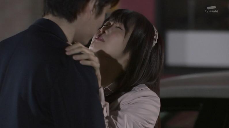 【キスキャプ画像】こんな美女と濃厚なキスしてるだけで勃起が収まらなくなりそうだなw 18