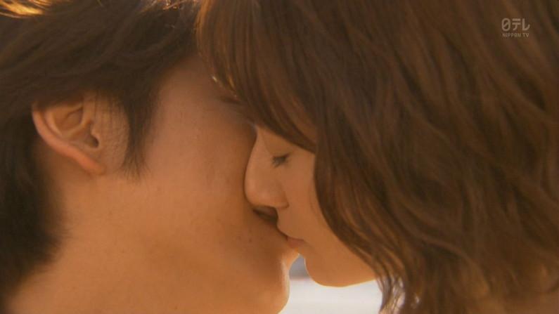 【キスキャプ画像】こんな美女と濃厚なキスしてるだけで勃起が収まらなくなりそうだなw 19