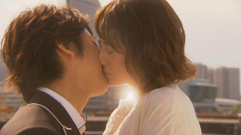 【キスキャプ画像】こんな美女と濃厚なキスしてるだけで勃起が収まらなくなりそうだなw 20