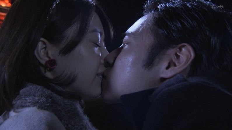 【キスキャプ画像】こんな美女と濃厚なキスしてるだけで勃起が収まらなくなりそうだなw 22