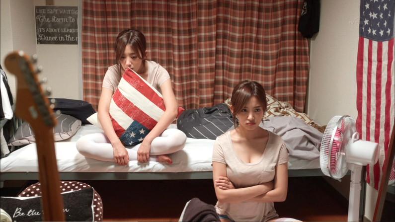 【胸ちらキャプ画像】谷間全開でテレビに映る美人タレント達w 11