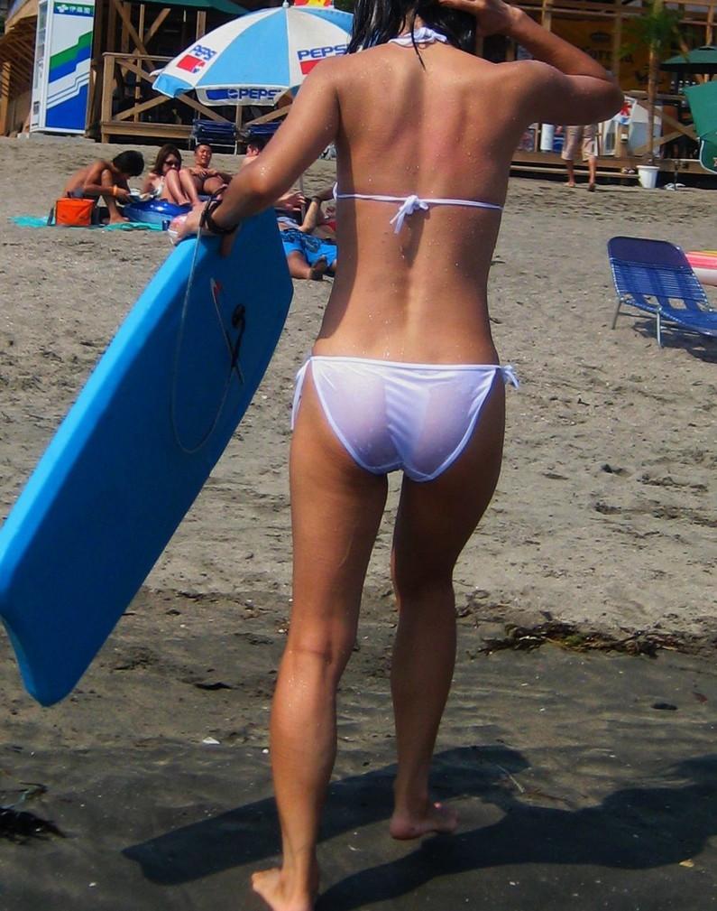 【素人ハプニング画像】ビーチで遊んでるギャル達がマンちらやポロリとかやらかしすぎww 10