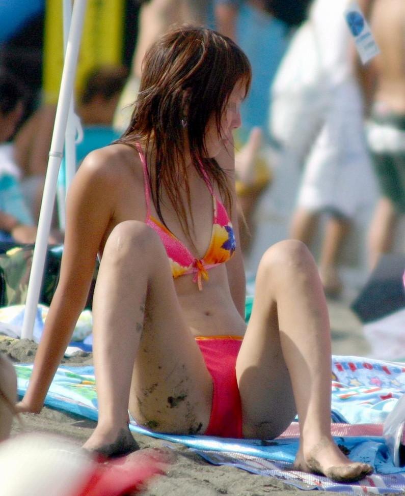 【素人ハプニング画像】ビーチで遊んでるギャル達がマンちらやポロリとかやらかしすぎww 23
