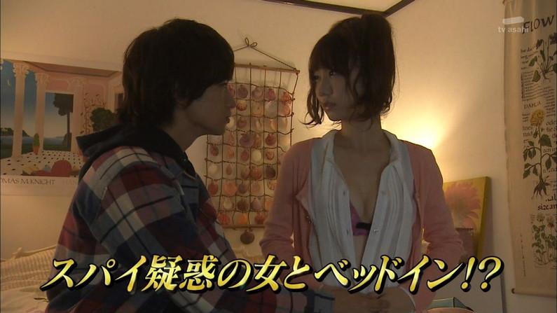 【胸ちらキャプ画像】乳首まで見えそうなくらい胸ちらしちゃってるタレント達ww 01