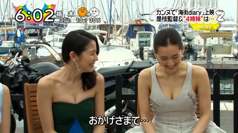 【胸ちらキャプ画像】乳首まで見えそうなくらい胸ちらしちゃってるタレント達ww 08