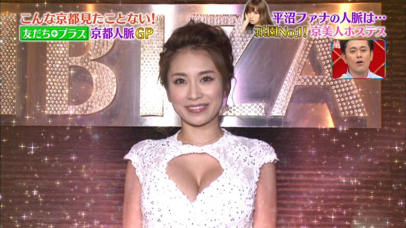 【胸ちらキャプ画像】乳首まで見えそうなくらい胸ちらしちゃってるタレント達ww 14