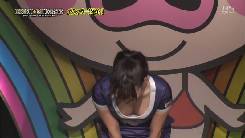 【胸ちらキャプ画像】乳首まで見えそうなくらい胸ちらしちゃってるタレント達ww 21