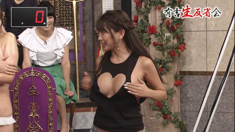 【胸ちらキャプ画像】テレビで谷間の奥の方まで見せてくれるタレント達w 05