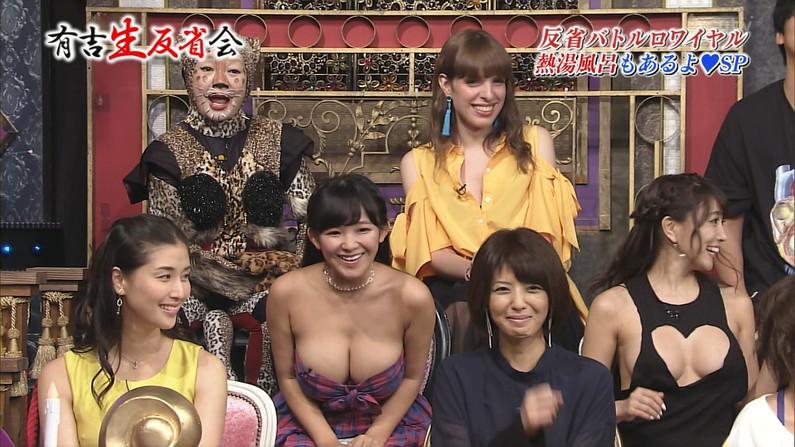 【胸ちらキャプ画像】テレビで谷間の奥の方まで見せてくれるタレント達w 07