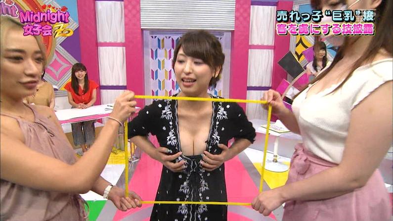 【胸ちらキャプ画像】テレビで谷間の奥の方まで見せてくれるタレント達w 15