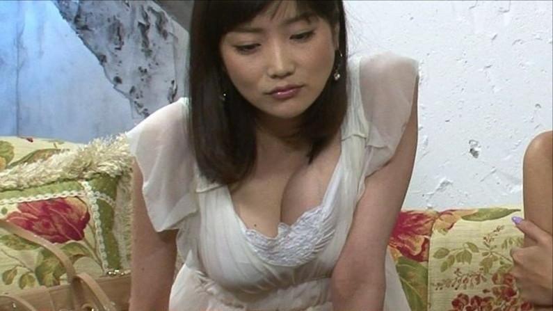【胸ちらキャプ画像】テレビで谷間の奥の方まで見せてくれるタレント達w 23